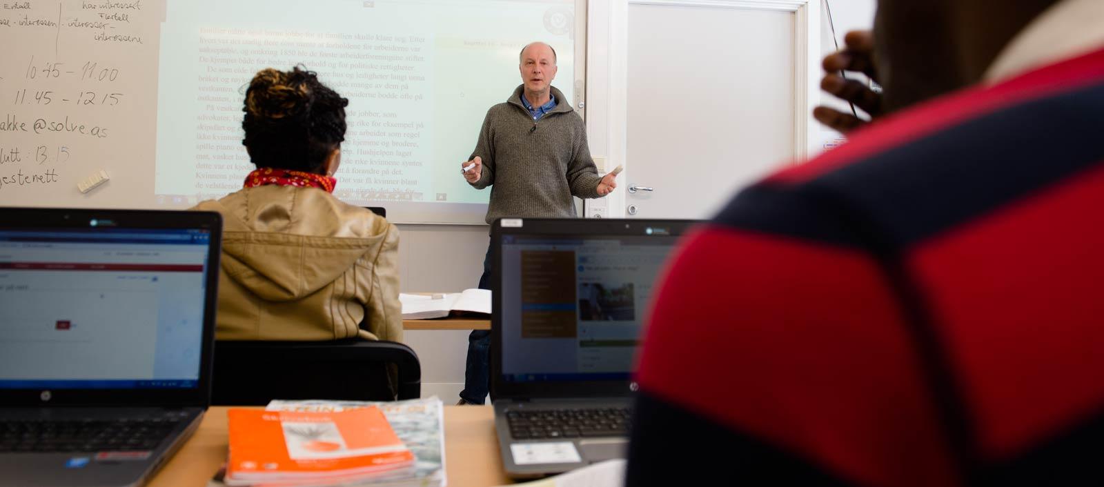 Lars Nybakke underviser i norsk og samfunnskunnskap.