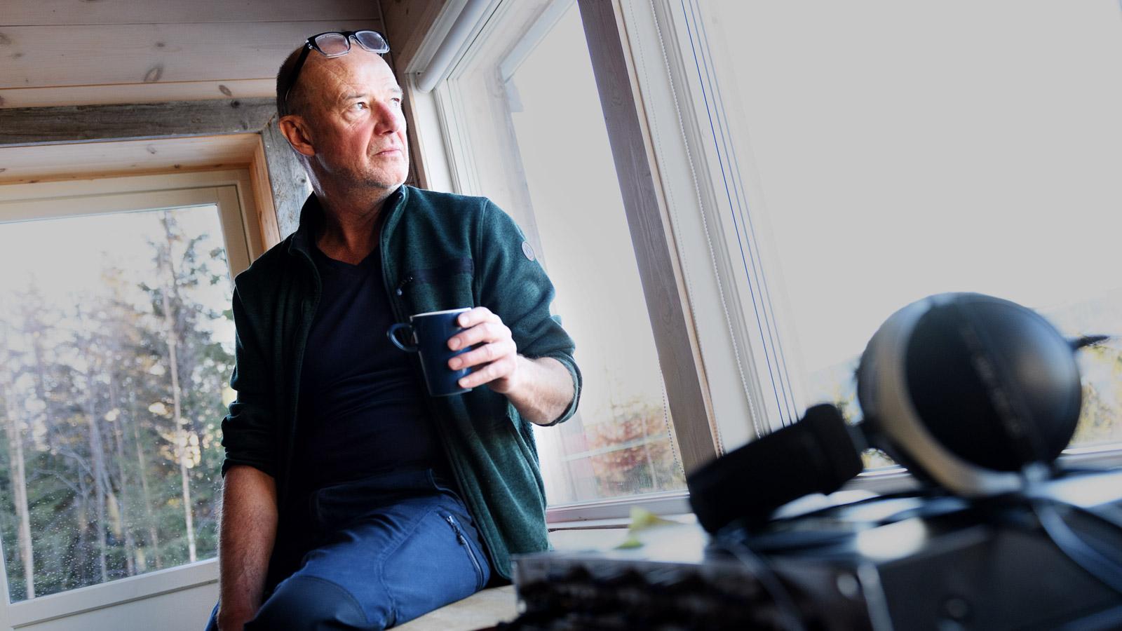 I den ombygde låven på Madstun har Jon Balke sitt studio, med utsikt over Randsfjorden.