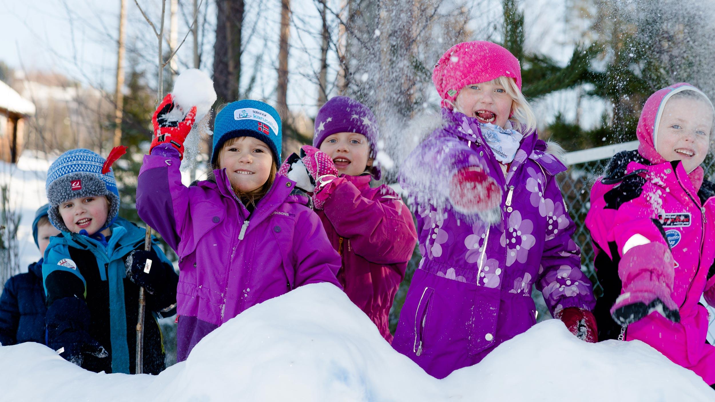 Barn kaster snøball i barnehage i Søndre Land