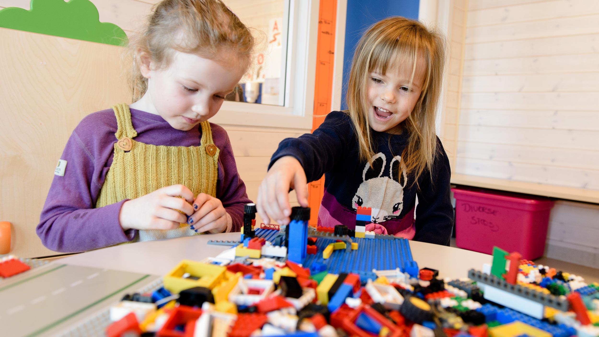Jenter leker i barnehage i Søndre Land