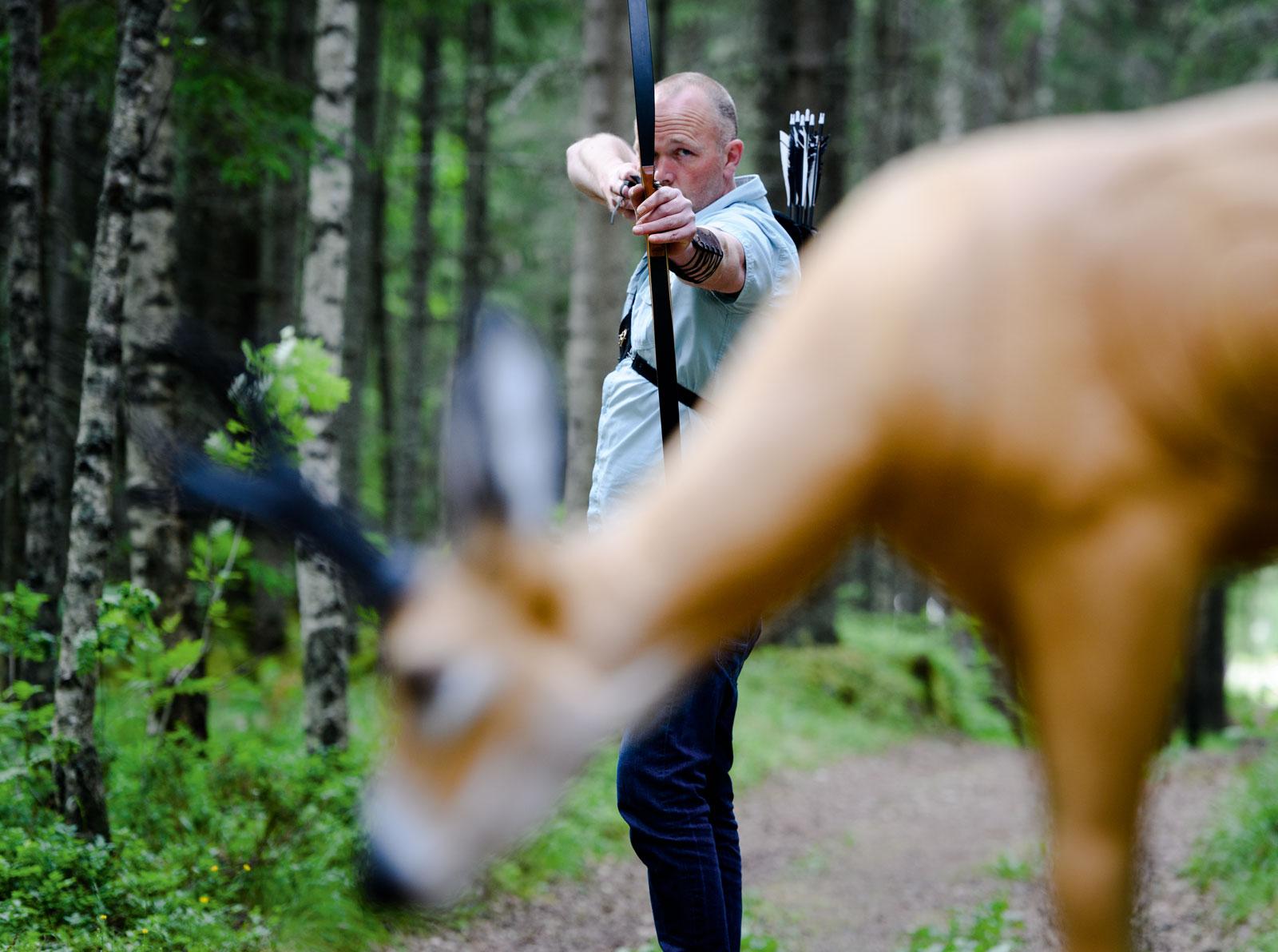 Wiktor Kolstad har siktet seg inn på en av dyrefigurene. 3D figurskyting er en populær treningsform.