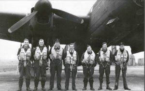 Flymannskapet på Short Stirling-flyet LJ 999, fotografert på basen i England
