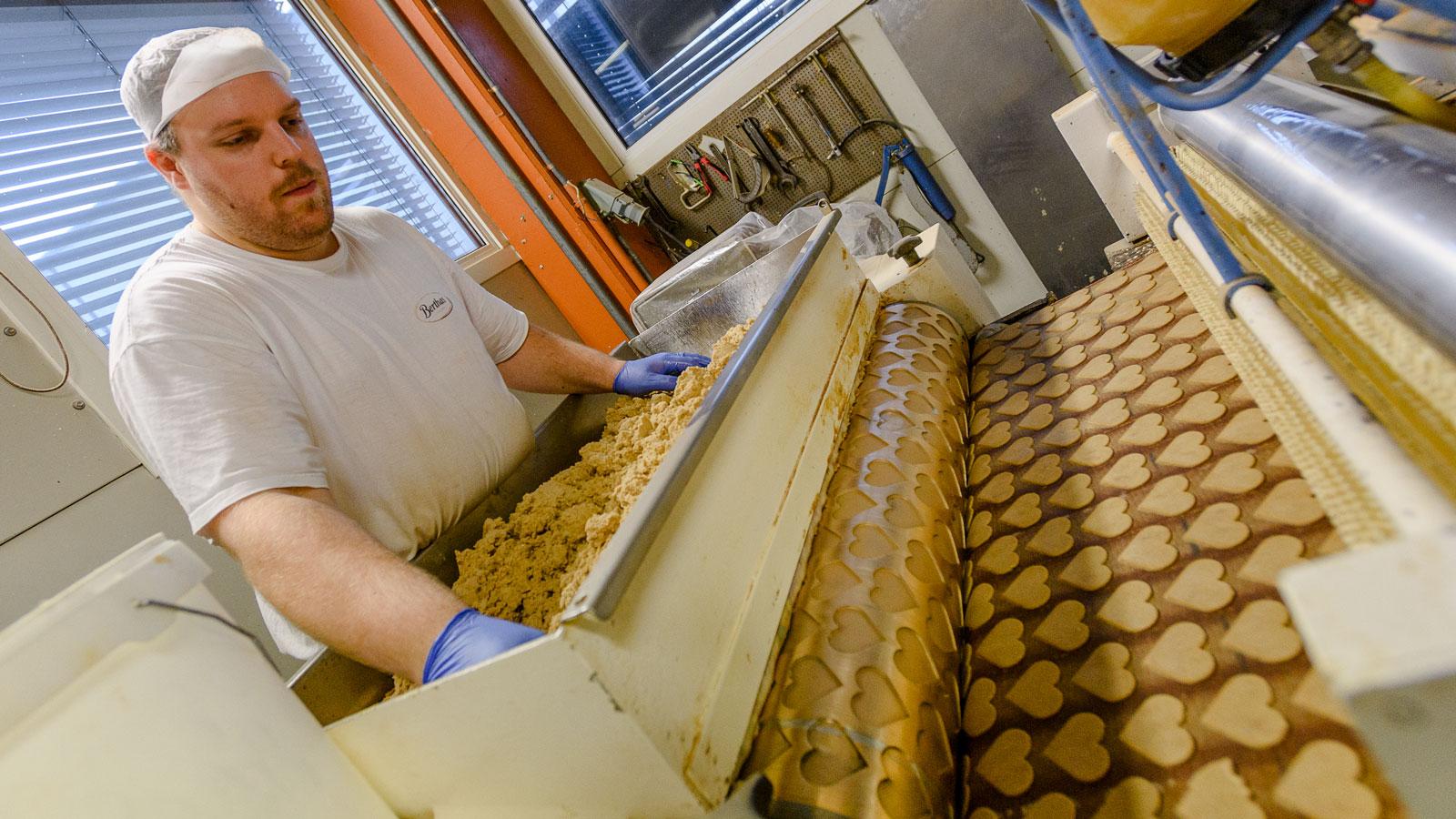 Gjennom noen hektiske høstmåneder produserer Berthas i Fall 1,4 millioner bokser med pepperkaker og andre småkaker, i tillegg til 800 tonn pepperkakedeig