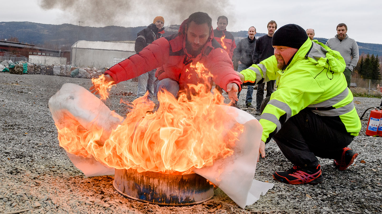 Trening i slukking av brann med brannteppe, under kurs i varme arbeider