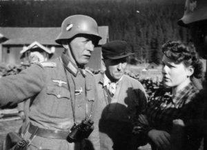 Olaug Karlsen gikk i mellom og stanset kaptein Lehmann fra å henrette fangene. Peder Kleven i bakgrunnen.
