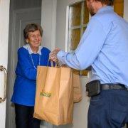 Solveig Dahl er en av mange kunder som setter pris på at Jason Insulan kommer med varer.