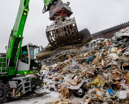 Avfallet grovsorteres før det går til gjenvinning