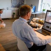 Stein Egil Syversen i Ecare demonstrerer hjerte-lungeredning, mens kursansvarlig Kai Solum sørger for at deltagere i hele Norge kan følge med via skjerm.