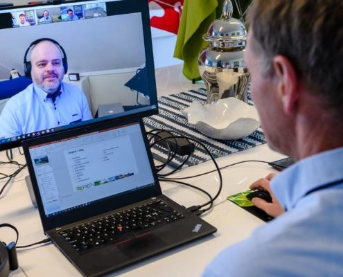 Kursansvarlig Kai Solum gjør klar mens IT-ansvarlig hos REN, Hans Petter Wilhelmsen er online og setter opp systemene for kurset fra sin arbeidsplass i Bergen.
