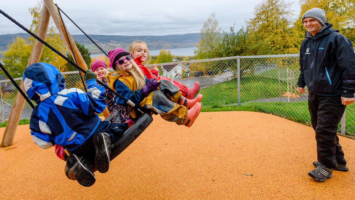 – Det er plass til flere på huska! Med åpningen av nye Hov Barnehage har Søndre Land nå ledige barnehageplasser.