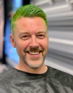 Den utskremte reporteren fra Bolyst Magasinet returnerte til rådhuset med grønt hår (etter eget ønske).