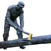 """""""Tømmerhoggeren"""" som står foran inngangen til rådhuset.Skogsarbeider Bjørn Steinsveen stod modell for Tandberg."""