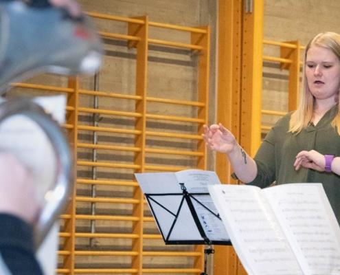 Kristine Legernæs dirigerer