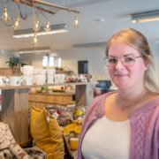 Anette Haug ønsker velkommen til Vestsida Landhandleri