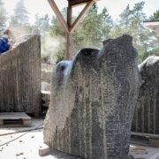 Siri Bjerke skjærer ut hesten i stein